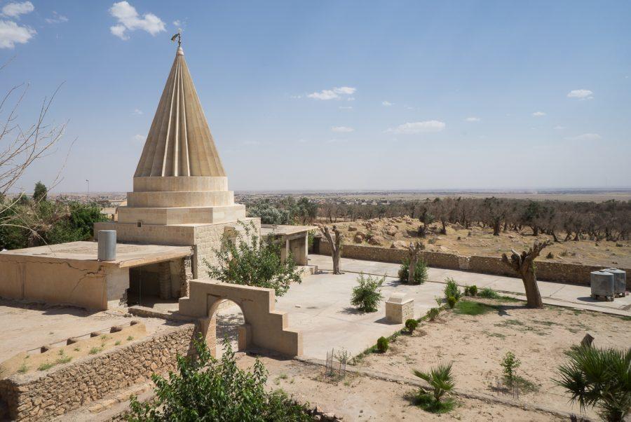 https://www.mesopotamiaheritage.org/wp-content/uploads/2018/11/A1.-Mausolee-yezidi-Cheikh-Bakeur-al-Qatani-a-Bahzani-900x602.jpg